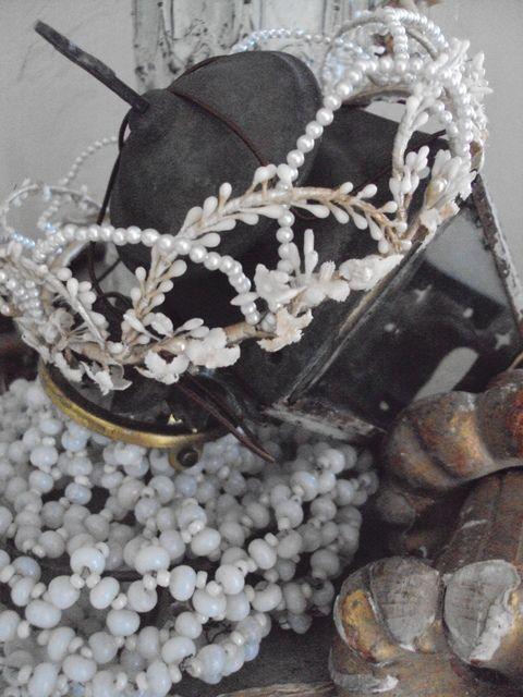 ancienne couronne de mari e lustre en perles blanches et. Black Bedroom Furniture Sets. Home Design Ideas