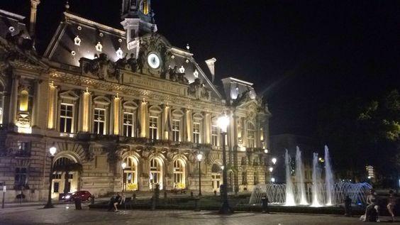 Hôtel de Ville à nuit! Le lumière est trop magnifique. Telle une fantastique vue.