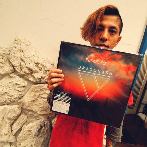 アナログ盤レコードを持っている【Dragon Ash】降谷建志の画像