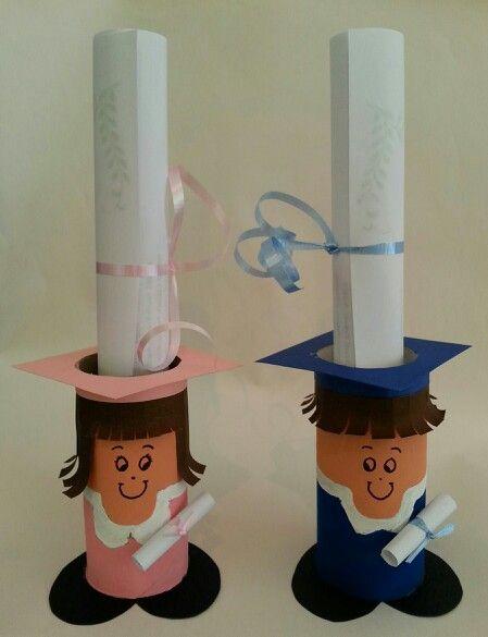 Invitaciones para graduación con tubos del papel de baño. Reciclando material: