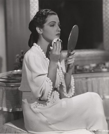 Photos: Actrices tenant un miroir à main (2)