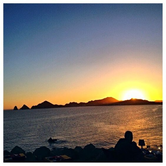 #scenic #sunday there is something #spiritual about #sunrises and #sunsets that put me in awe. This beautiful sunset over the #pacific is from the #monalisa #restaurant in #cabosanlucas #mexico #traveltip- make a #reservation at Mona Lisa for 20min before sunset. Have a handcrafted #margarita and listen to the #waiters blow the #conchshell to signify the start of sunset. It's a sight you can watch over and over again. It feels like you are sitting on the edge of the #world watching your day…