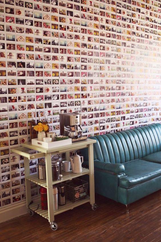 ¿Por qué comprar papel tapiz cuando puedes usar tu colección de fotos?   31 Maneras increíblemente creativas de exhibir tus cosas