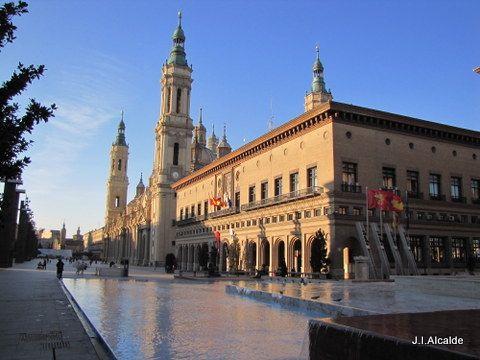 La Lonja y la Basílica de Nuestra Señora del Pilar . Zaragoza