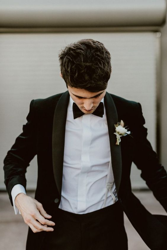 Velvet suit jacket for this modern LA groom | Image by Jes Workman