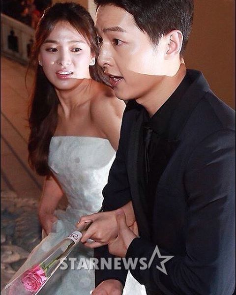 Tangan nya dipegangin mulu mas❤️❤️ #songjoongki #songhyekyo at red carpet #BaeksangAwards #songsongcouple