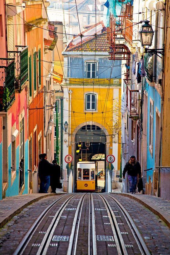 La fascinante Lisboa   Via National Geographic España   November 2014 Un paseo para saborear la nostalgia de sus barrios y las nuevas propuestas artísticas~ #Portugal