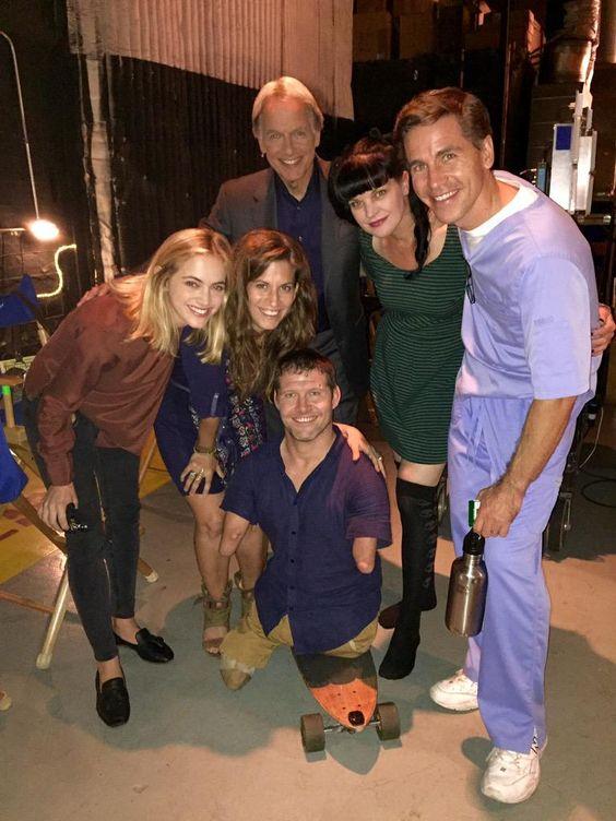 Emily, Mark, Paulley a Brian s přáteli