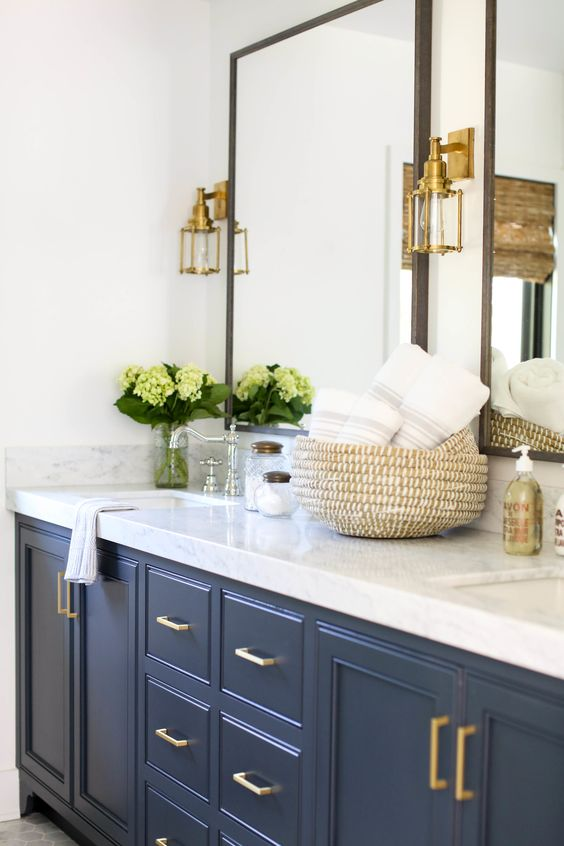 Beautiful bathroom ideas and inspiration - blue and white bathroom #bathroomdecor