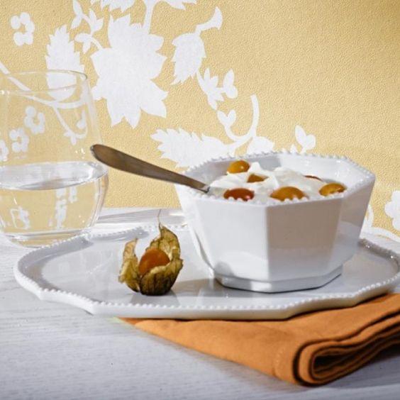 Die schablonenartigen weißen Blüten bilden auf dem apricotfarbenen Fond ein dekoratives Allovermuster-tappeten