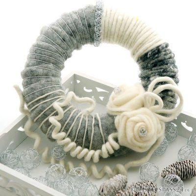 Türkranz für Weihnachten selber machen mit Wollband, Wollkordeln und Filzrosen moderne Floristik  in grau weiß