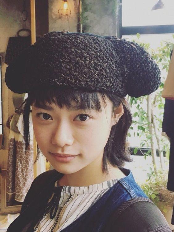 帽子をかぶる杉咲花