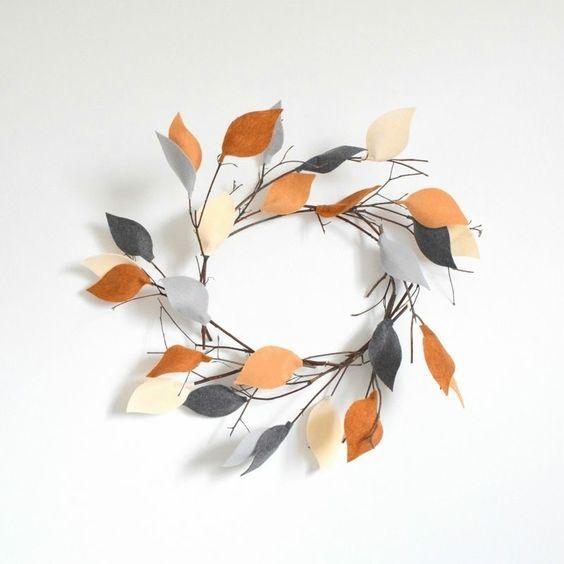 Dieser Türkranz ist schlicht und hübsch und besteht aus Zweigen und Filz-Blättern
