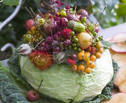 W Zrób to sam podpowiadamy, jak stworzyć piękną, jesienną dekorację do domu. Jesień to czas szperania na łące, w lesie i w ogrodzie.Zachęcamy do łączenia kwiatów z warzywami. Nasza propozycja to kompozycja z kapustą w roli głównej...