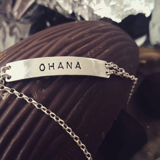 Ohana quer dizer família. 🔨❤🐇🐇🐇 . . . .  #silver #ag #lettering #joia #joalheria #moda #fashion #pulseiras #prata #giftidea #handmade #couro #handmade #boyfashionstyle #itgirl #presente #luxo #verbo #love #amor #pulseirismo #ohana