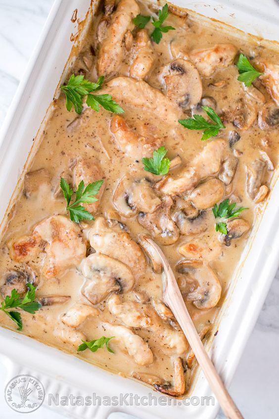 Cremosa de pollo y champiñones cazuela (también conocido como Pollo Gloria), ideal para los partidos! @natashaskitchen