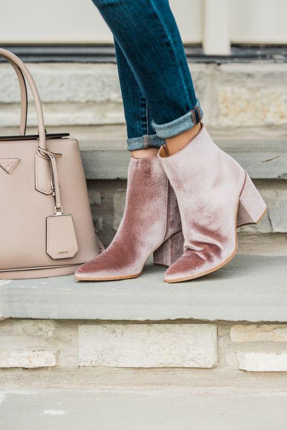 Ancle boots de terciopelo y bolso a juego.
