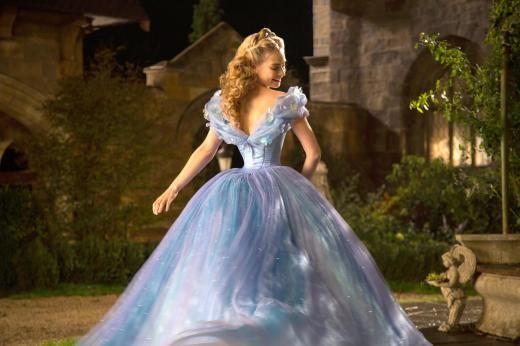 Was haben wir nicht früher bei dieser Szene alle tief geseufzt: Lily James als Cinderella, als sie ihr Ballkleid bekommt.
