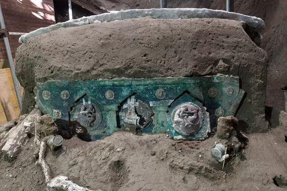 Triomfwagen met erotische afbeeldingen opgegraven in Pompeï