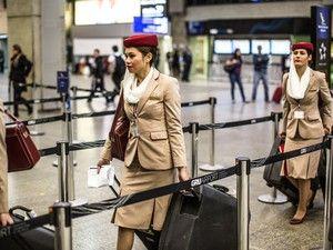 Conheça os bastidores de um voo internacional que sai de Guarulhos G1 acompanhou preparativos da Emirates, eleita melhor aérea do mundo. Processo de limpeza, abastecimento, segurança e embarque dura 9 horas.   http://g1.globo.com/turismo-e-viagem/noticia/2013/07/conheca-os-bastidores-de-um-voo-internacional-que-sai-de-guarulhos.html