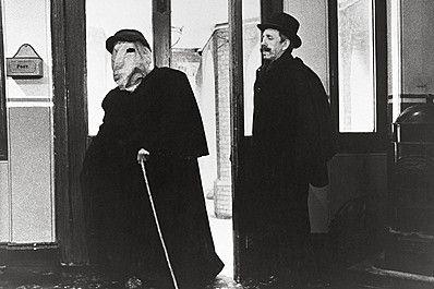 エレファント・マンの作品情報。上映スケジュール、映画レビュー、予告動画。19世紀末のロンドンを舞台に、実在した奇形の青年ジョン・メリックの悲劇の人生を、「イレーザーヘッド」の鬼才デビッド...