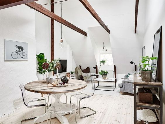 [Interior] Ático en blanco brillante y vigas de madera | Decoración