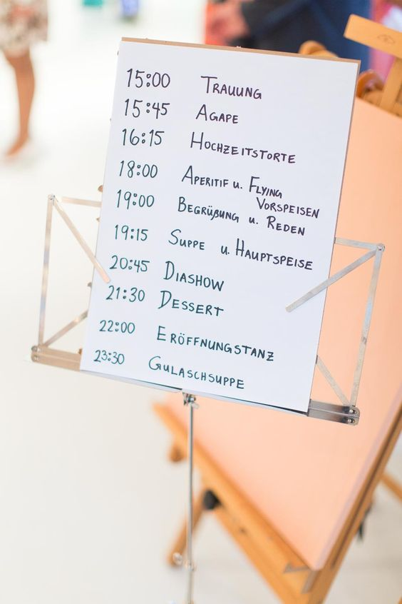 Tagesplan auf Notenständer bei www.weddingstyle.de   Bridelights Photography