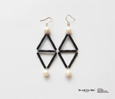 Black&pearl double triangle pierce