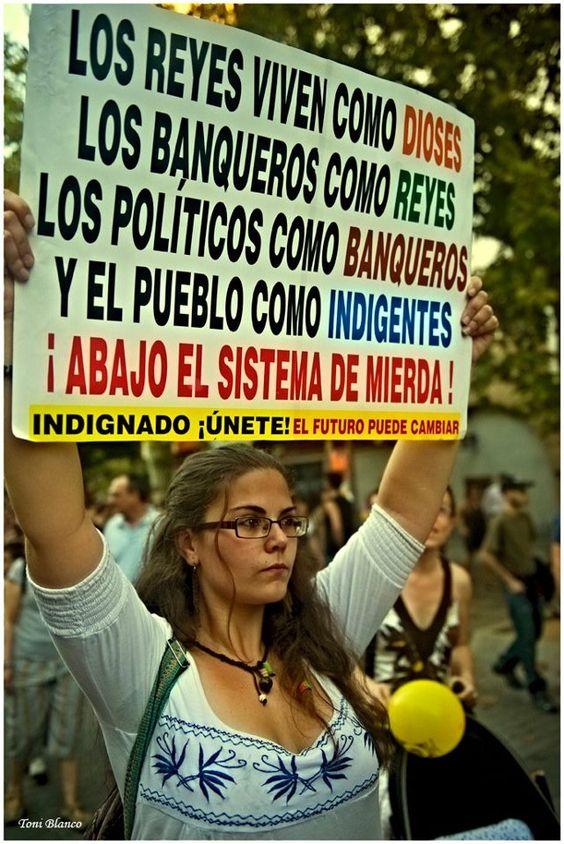 Joven indignada española se manifiesta en la calle