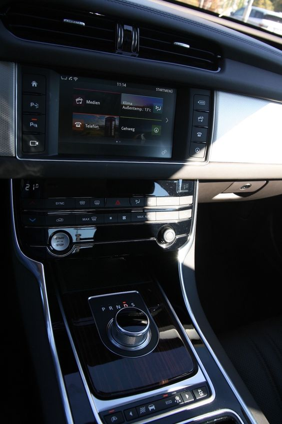 Jaguar #XF Mittelkonsole *Verbrauchs- und Emissionswerte F-TYPE, XE, XF, XJ, XK, inklusive R-Modelle: Kraftstoffverbrauch im kombinierten Testzyklus (NEFZ): 12,3 – 3,8 l/100km. CO2-Emissionen im kombinierten Testzyklus: 297 – 99 g/km.
