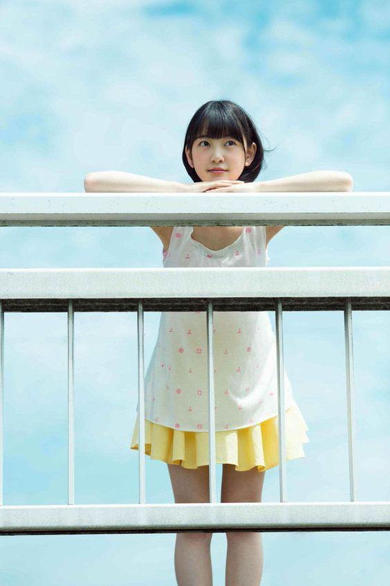 白と黄色の服の堀未央奈