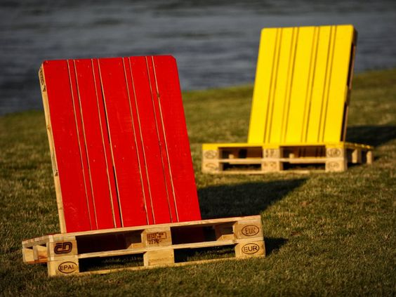 The perfect summer deckchair from pallets.