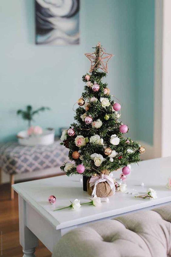 Para decorar uma mesa de centro, prepare uma árvore pequena