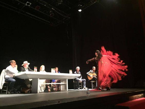 Foto de una bailaora flamenca durante la presentación del libro de Pilar Enjamio en el Teatro Quintero de Sevilla.