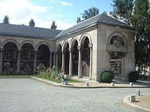 Cementerio del Père-Lachaise. París. //. Allí está enterado Rufino José Cuervo Urisarri (1844–1911), filólogo, humanista, y erudito colombiano