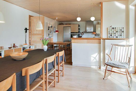 Spisestue og køkken set fra stue siden. fra spisestuen er der ...