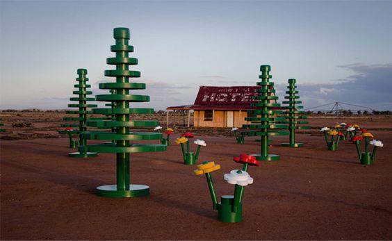 LEGO fête son demi-siècle avec une série d'installations à travers le pays dont la plus récente a été mise en place dans la ville rurale de Broken Hill dans le New South Wales. Les habitants ont eu la surprise de se réveiller un matin avec un décor de forêt en lego composé de 15 arbres de 4 mètres de haut et d'une multitude de fleurs.