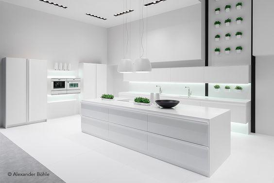 Puristische Designerküche aus Corian mit einer fugenlosen - kuche arbeitsplatte kabelloses ladegerat