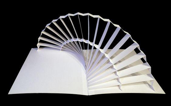 Sechs Pop-Up-Skulpturen aus weissem Karton Projekt: Entwurf von faltbaren Objekten aus Papier und Karton. Maße: ca. 650 x 500 x 300 mm (offen); ca. 325 x 500 x 12 mm (geschlossen) Kunde/Auftraggebe…