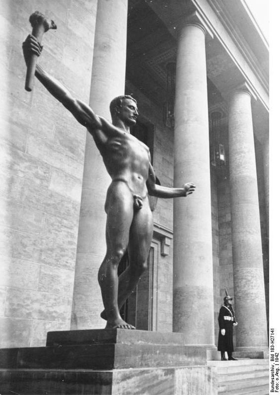 Allegorische Skulptur von Arno Breker, Berlin, Zugang zur Neuen Reichskanzlei (August 1, 1942)