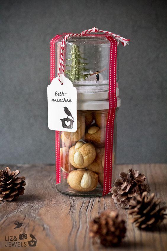 Bethmännchen und Zauberwald im Glas -Bethmännchen sind ein Frankfurter Gebäck, das zur Adventszeit gegessen wird -Dieser milde Käse, der leicht zerläuft, wird im Allgemeinen auf oder mit Schnitzel und/oder Bauernbrot gegessen