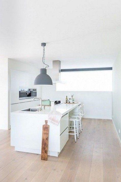 Houten vloer brede planken in keuken met kookeiland ...
