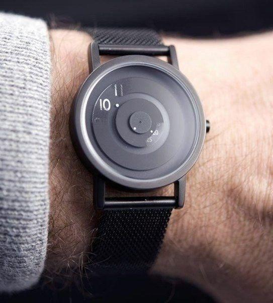 Encore ma passion des montres, en voici une dont on pourrais dire qu'elle est design de par son style extrêmement épuré