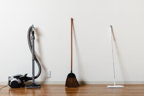 フローリングの掃除のコツ 床に汚れがたまりにくくなる方法とは コジカジ 床掃除 掃除 フローリング