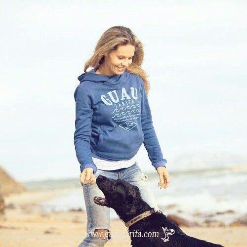 A veces no nos importa dar la mano y que nos tomen el brazo... Espíritu Guau! #Tarifa #sudaderas #fleeces #hoodies #playa #beach #perros #dogs #GuauTarifa #EspírituGuau  www.guautarifa.com