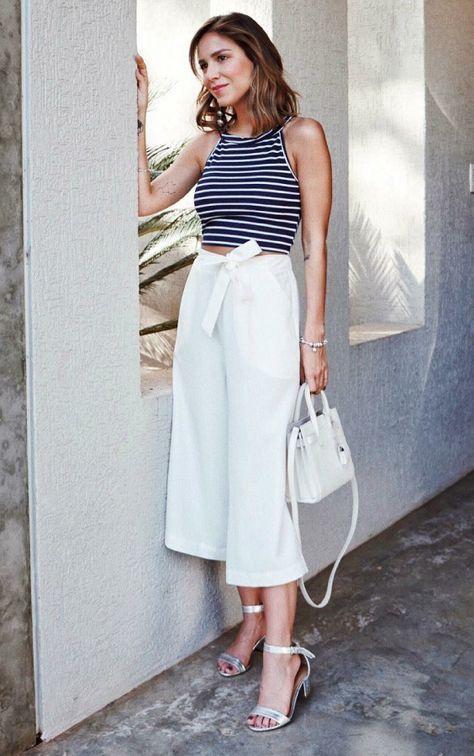 Look minimalista: Vestido listrado e sandália nude