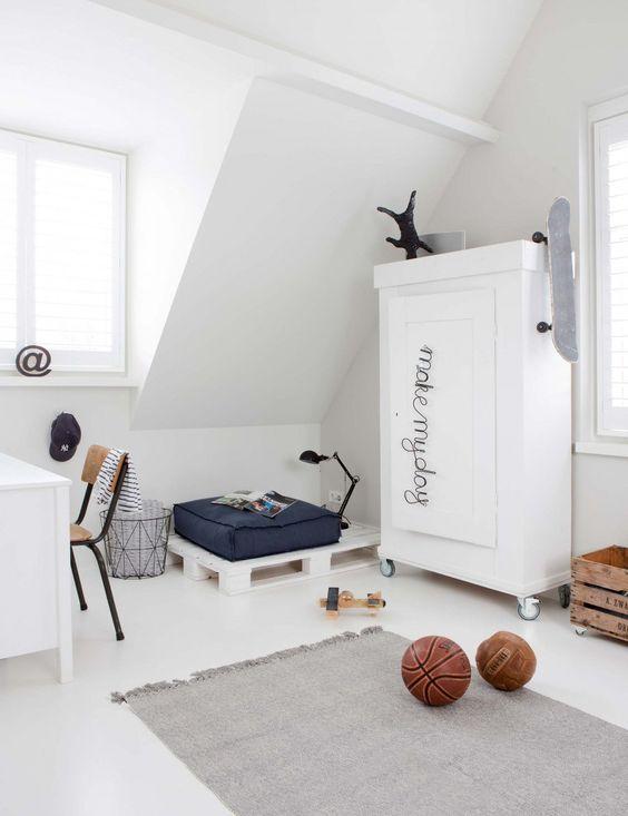 Kinderzimmer mit Akzentwand in Hellblau und Wandtattoo