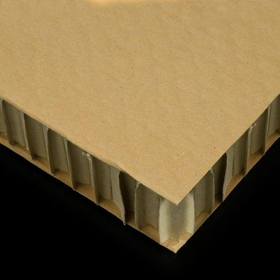 La especial estructura interior similar a un panal de abejas de este cartón es la que le da nombre. Sus aplicaciones van desde el embalaje hasta la construcción y fabricación de muebles.