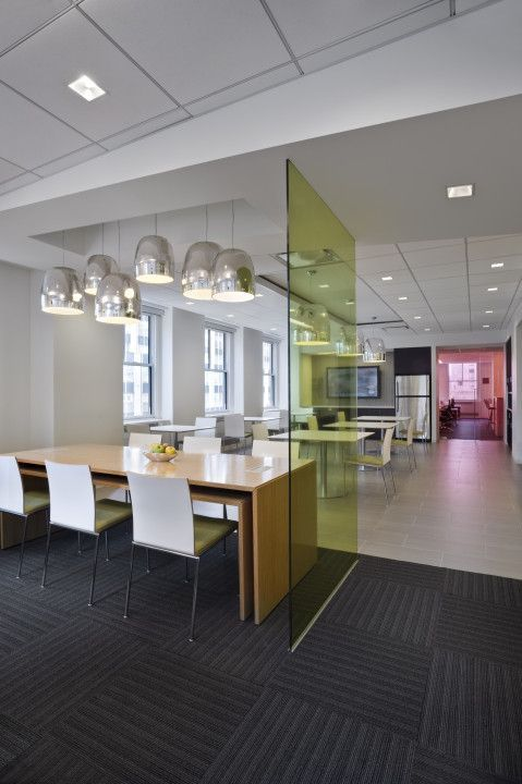 C3 Pressed Glass in Beazleys Büro in NYC, entworfen von ...