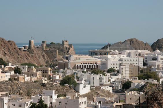 Maszkat, http://tizi.hu/uticelok/kelet/oman/ Ebben az évszázados gazdag történelmű és kultúrájú ország sokféle élményt kínál a turistáknak. Ősi városok, paloták, erődök az épületek kedvelőinek